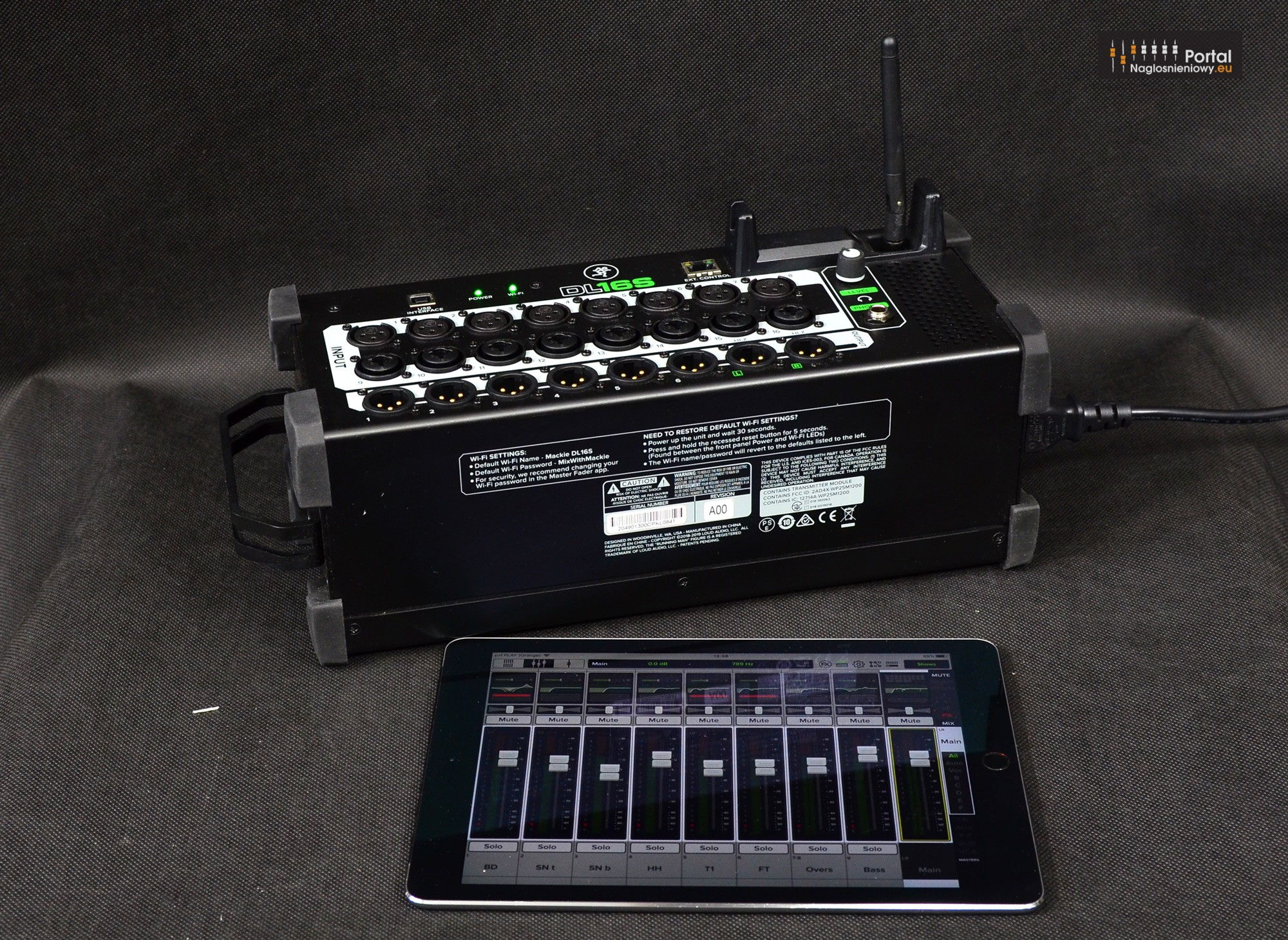 Mackie DL16S digital mixer iPad 1